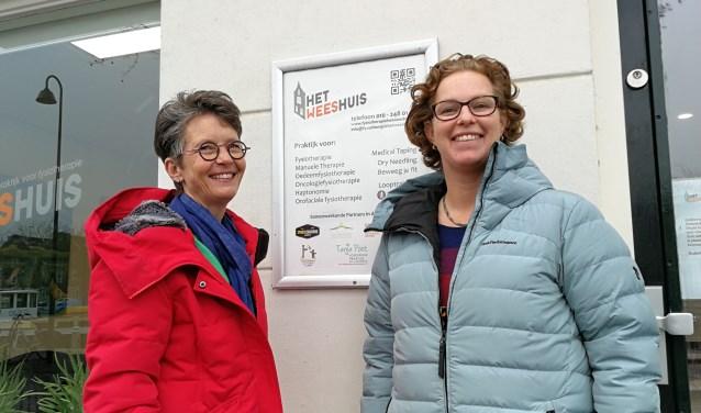 Jolanda Dekker (links) en Suzanne de Hoop zorgen dat kankerpatiënten niet van het kastje naar de muur worden gestuurd (Foto: Peter Spek).