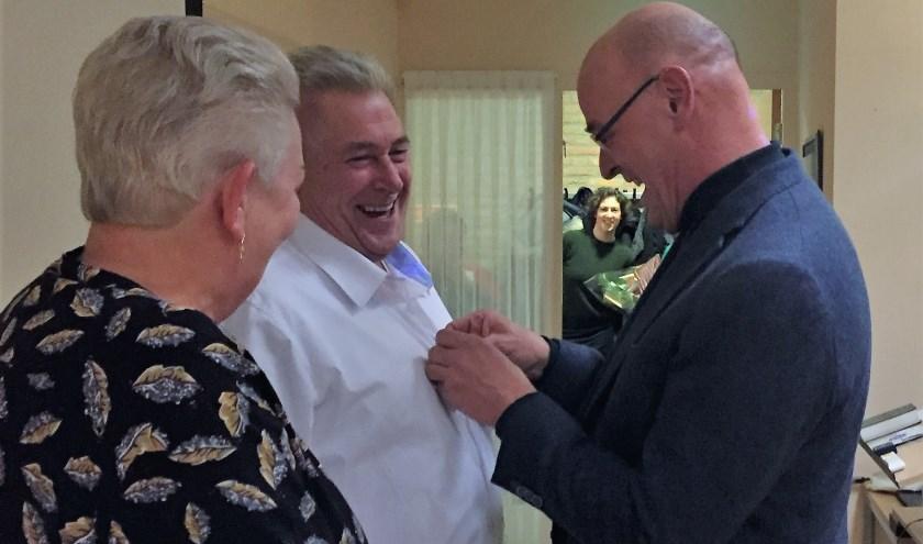 Koster Van Kalkeren ontvangt bij zijn afscheid het zilveren draaginsigne van de VBK uit handen van de voorzitter van het college van kerkrentmeesters, Van der Wekken.