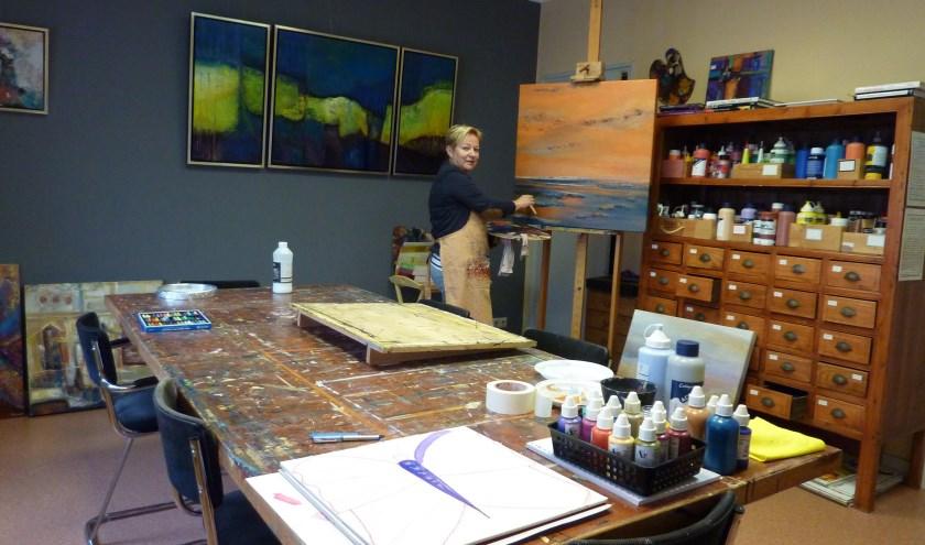 Trude ter Hart in het atelier.