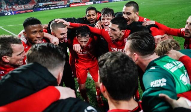 De spelers van FC Twente vieren de winst op Eindhoven.