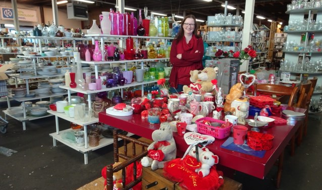 Jolanda Nijman bij de Valentijnspullen en het gekleurde glaswerk.