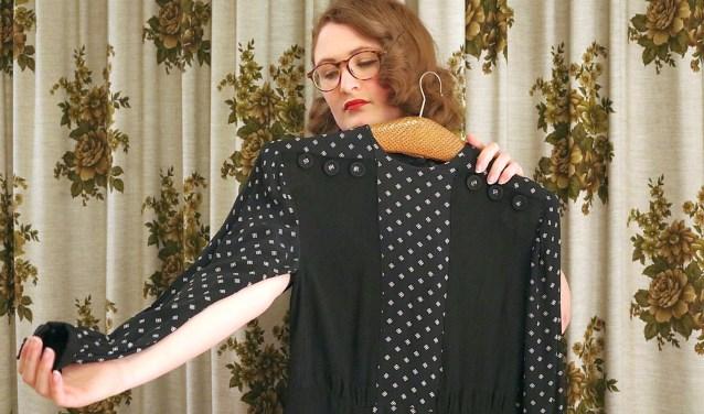 Birthe Weijkamp toont een jurk uit de Tweede Wereldoorlog.