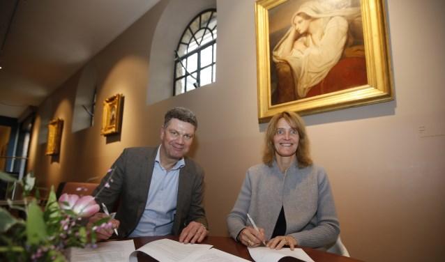 De ondertekening van het sponsorcontact. Links René Kerstens, directievoorzitter van Rabobank Drechtsteden. Rechts Patricia de Weichs de Wenne, zakelijk directeur Dordrechts Museum. (Foto: Thymen Stolk)