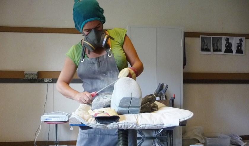Natasja aan het werk in haar atelier.
