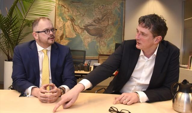 Pieter Stroop van Renen (r) legt wethouder Rogier Tetteroo uit hoe een eenzame uitvaart eraan toe gaat. Dat gaat nu veranderen. Foto: Marianka Peters