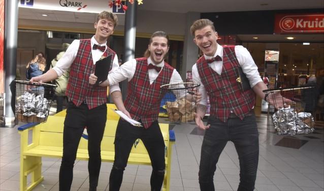 Drie 'gentlemen dandy's' delen complimentjes uit in de Nieuwe Marktpassage. Foto: Marianka Peters