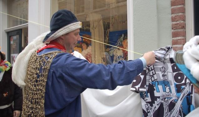 Prins Nilles III onthult de telgen in de Kortemeestraat.