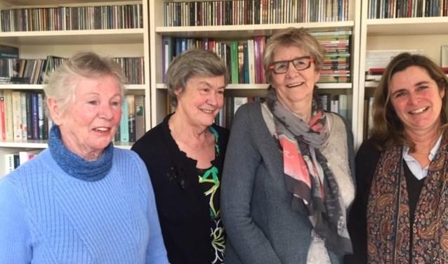 Gonnie, Annemie, Berti en Britta gaan graag met elkaar in gesprek over de inhoud van een boek.