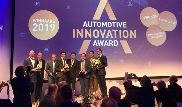 De vertegenwoordigers van Lightyear krijgen de Automotive Innovation Award uit handen van Jan Peter Balkenende.