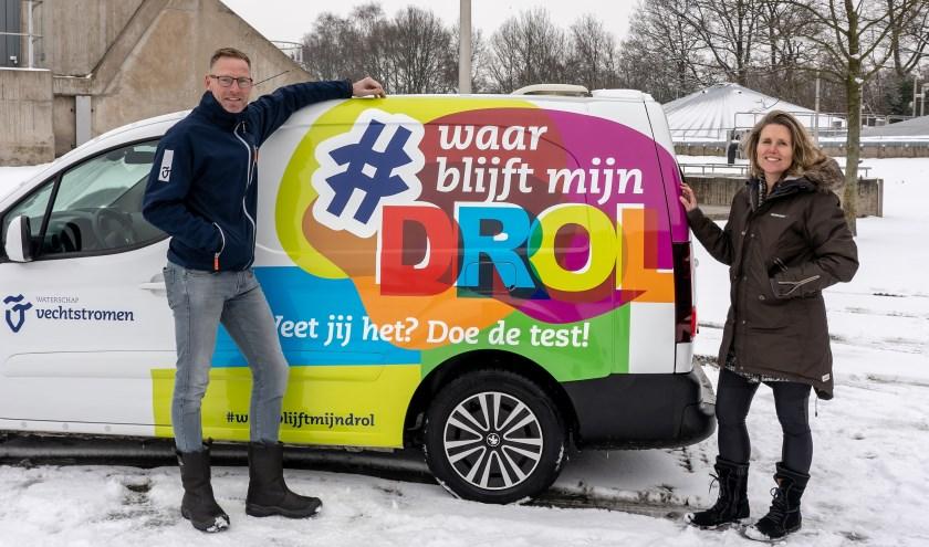 Harold de Boer en Patricia Rutte van Waterschap Vechtstomen bij een bus die is voorzien van de nieuwe slogan. Foto: Paulien Wilkinson
