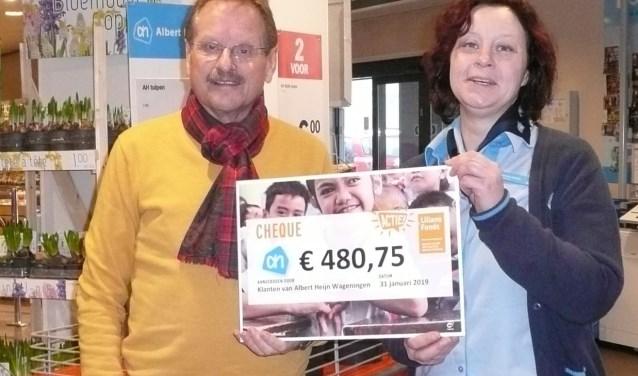 Annette Vendel (r) overhandigt de cheque aan Frits Mutsaers (Foto: Liliane Fonds).