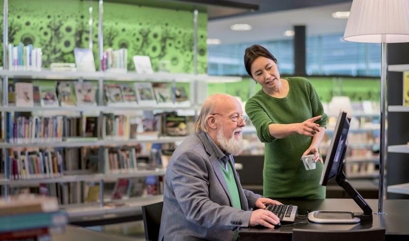 Bibliotheek Veldhoven probeert online belastingaangifte makkelijker te maken... FOTO: Stijn Ghijsen.