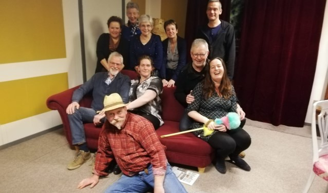 De leden van toneelgroep Elsenerbroek staan in maart vier keer op het podium in Markelo. Eigen foto.