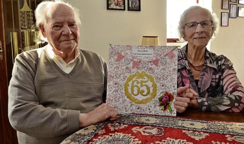 Henk en Ria Drost uit Lobith vierden onlangs hun 65ste trouwdag. Zeventig jaar geleden sloeg de vonk over op de Lobithse kermis. (foto: Ab Hendriks)