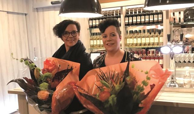 De scheidende bestuursleden Rianne Deunk (voorzitter) en Geeske Lammers (secretaris) werden inde bloemetjes gezet