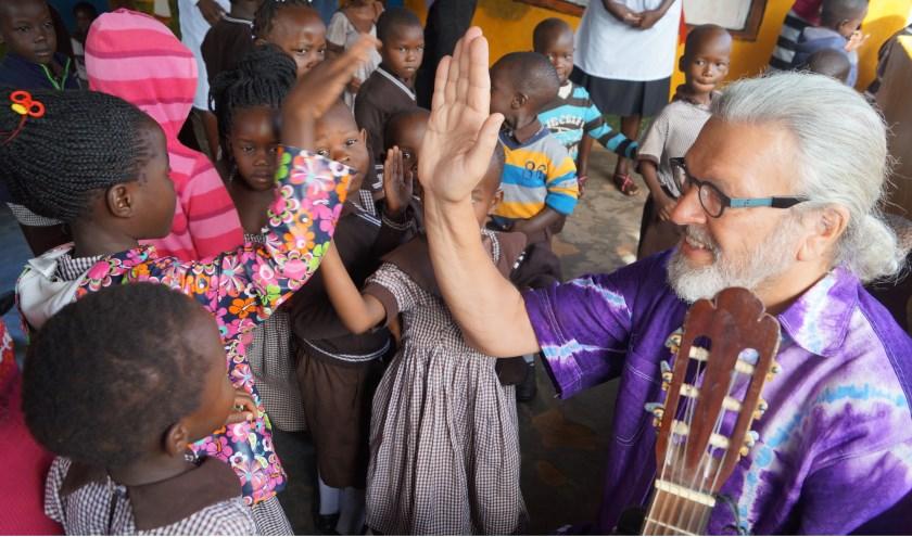 Namens de stichting bezocht Theo van Teijlingen een school in Soroti, Oeganda.