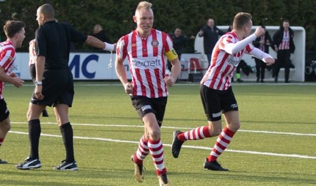 Robin Verhorst is onderweg naar zijn trouwste supporter na de beslissende 3-2