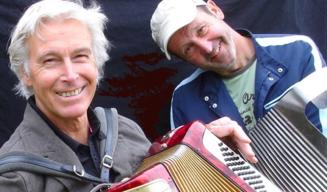 Hans de Vries uit Utrecht (rechts) en Henk de Kat spelen eigen zydeco in de Parel van Zuilen.