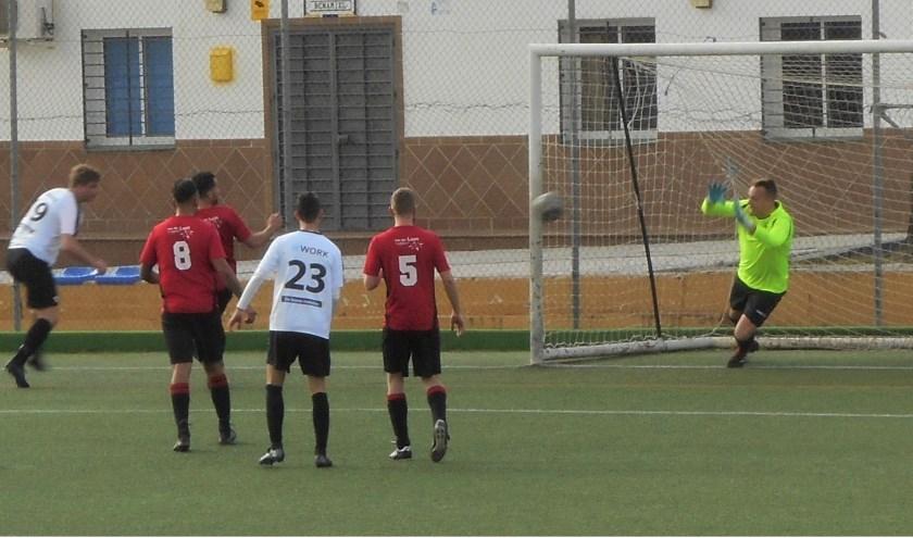 EBOH's doelman Jan-Arie Kouwenhoven pakte tegen Woudrichem weer  belangrijke ballen. De Dordtse ploeg won met 3-1 Archieffoto.