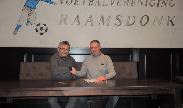 Voorzitter Jan van Oort (l) feliciteert Louis Roovers met zijn aanstelling als hoofdtrainer van v.v. Raamsdonk