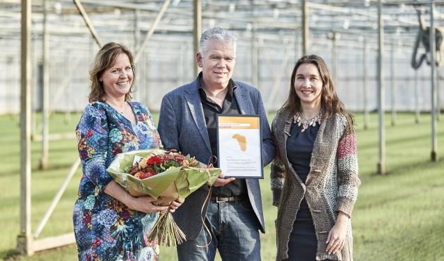 Piet-Hein Kapteijns neemt de Agrofoodpluim van gedeputeerde Spierings (rechts) in ontvangst. Zo beloont de Provincie bedrijven die het goede voorbeeld geven. Foto's: Wim Hollemans / Provincie Noord-Brabant