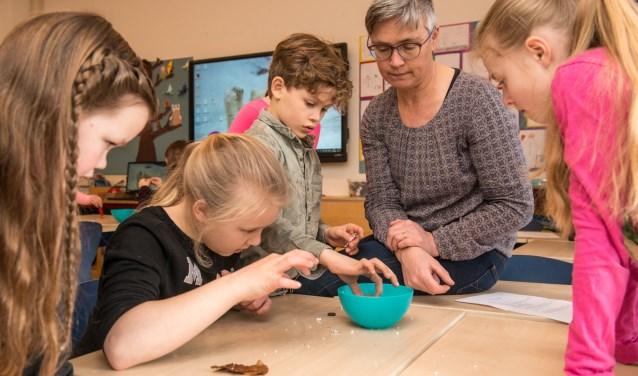 Leerlingen van basisschool de Steeg die vorig jaar onderzoek hebben gedaan naar Magneten