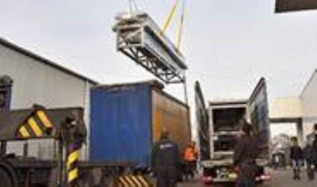De levering van de nieuwe productiemachine.