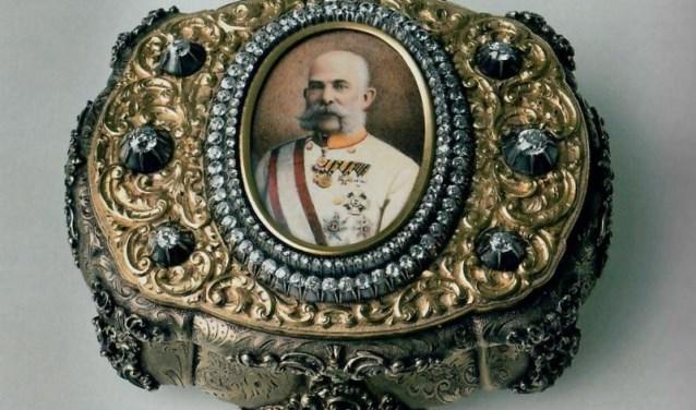 Een voorbeeld van een rijkversierde snuiftabaksdoos. Napoleon Bonaparte bijvoorbeeld had ook een gigantische collectie snuifdozen. (FOTO: Picasa)
