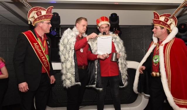 Hertog Twan leest zijn proclamatie voor in Café Den Driehoek. Zijn generatie moet het Kaflandse carnaval verder dragen. Foto: Henk van Esch