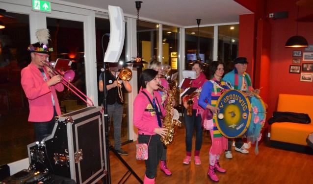 Hofkapel W'ornouwus en dweilband Afslag de Pin zorgen deze avond voor carnavalsmuziek.