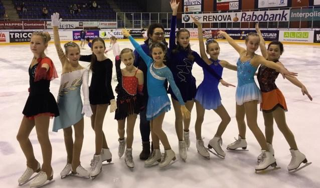 Een aantal deelnemers van NSV die deelnemen aan de kunstschaatswedstrijd om de Marikenbokaal.