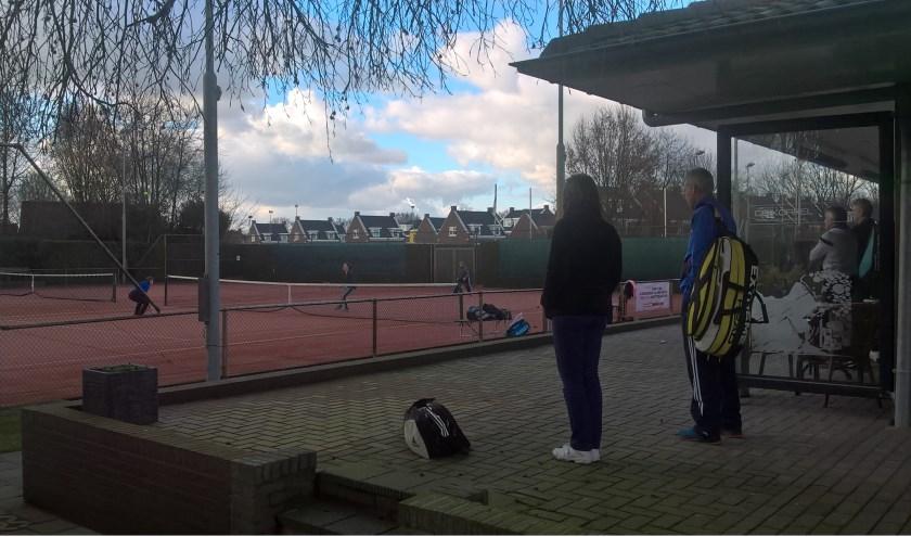 """""""De term'Sociaal Tennis' is gekozen omdat we op het tennisveld uitgaan van medestanders,in plaats van tegenstanders"""", aldus Jack Gudden."""