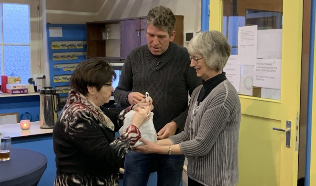 Liesbeth Kersten (rechts) met twee van de onmisbare vrijwilligers. Zonder vrijwilligers zou de Ruilwinkel volgens Liesbeth niet kunnen bestaan.