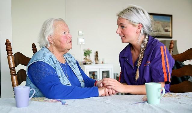 Maud Goijaerts is teamassistent bij thuiszorgorganisatie Archipel Thuis. Ze doet haar werk met veel plezier (Foto: Freekje Groenemans)