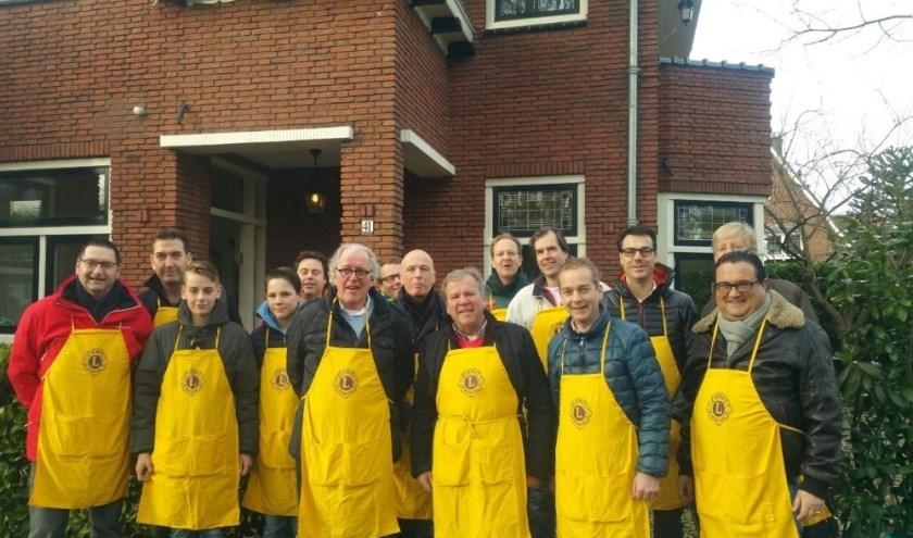 Leden van de Lionsclub Over Holland staan klaar voor de verkoop van erwtensoep. Eigen foto