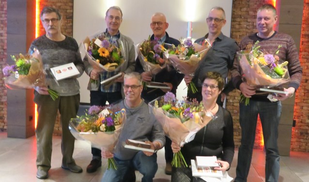 De zilveren jubilarissen bij EHBO Berghem van links naar rechts: Henk van Melis, Peter van Ballegooij, Henri van Erp, Gerrie Kessels, Peter van Gogh, zittend Gerrald van Nuland en Jacqueline Geurts.