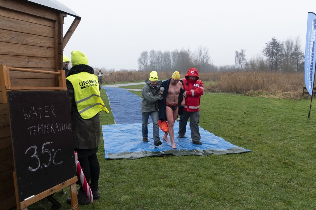 De nummer 2 van de 1000 meter wordt ondersteund door EHBO-ers naar binnen begeleid. Foto: Karin Reine © Persgroep