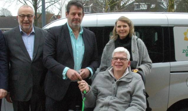 Marc van Gestel overhandigt SiebrenTuininga de sleutels van de auto. Achter Tuininga staat zijn vrouw Antje. Geheel links Zonnebloembestuurslid Ed Wallinga.