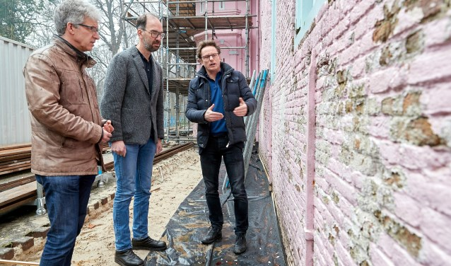 Aannemer Dré van Dinther geeft uitleg over de restauratie aan wethouder Van der Poel en gedeputeerde Swinkels.