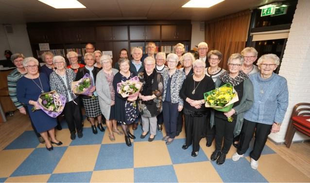 Alle jubilarissen ontvingen een fraaie bos bloemen, een oorkonde en een uniek beeldje.