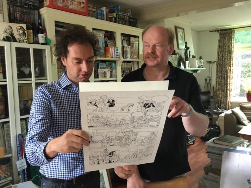 Schrijver René Arendsen en tekenaar Danker Jan Oreel bekijken de schetsen van hun bijzondere stripboek.