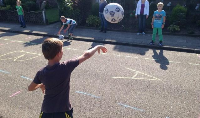 Op Buitenspeeldag zijn auto's in sommige straten niet welkom, zodat er ruimte is voor kinderen om veilig te spelen zoals op deze foto in Oldebroek.