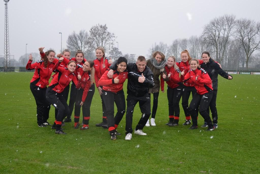 Marcel van 't Hul (midden) gaat de vrouwen van AVW'66 volgend seizoen trainen. Zie voor alle namen de laatste alinea van het artikel.