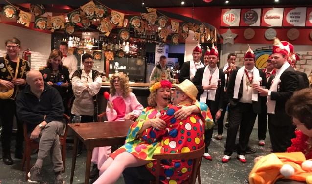 Entertainer Jolanda vermaakt op geheel gepaste en vooral hilarische wijze de bezoekers van het Rollatorspectakel.