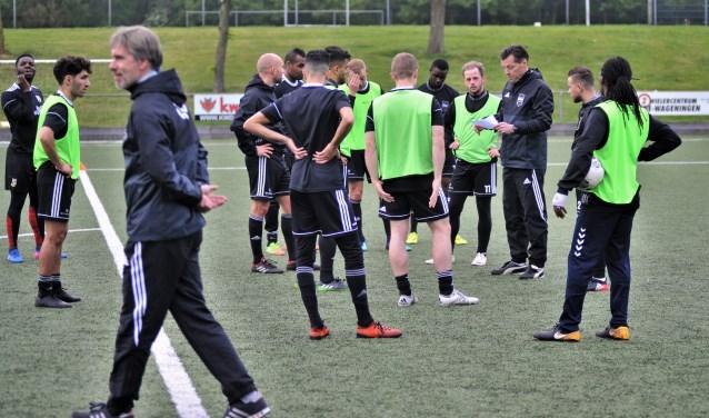 De nieuwe trainer Jan Oosterhuis (rechts), voormalig FC Wageningen speler, nam al eerder als technisch adviseur, een training over van de nu ontslagen Lodewijk de Kruif (voorgrond). (foto: gertbudding.nl)