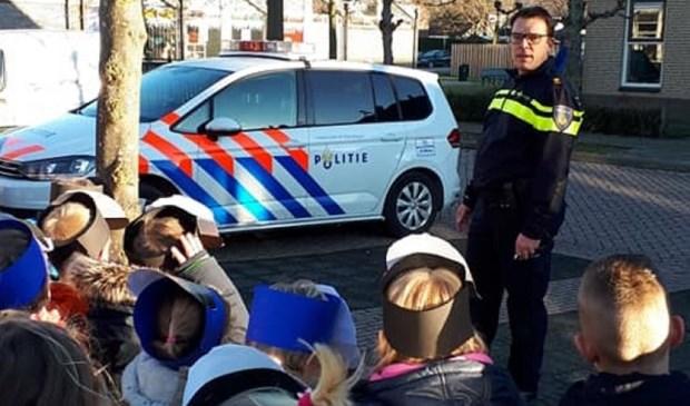 De politie-vader kwam in uniform en met een dienstauto naar de kleuters toe. Eigen foto