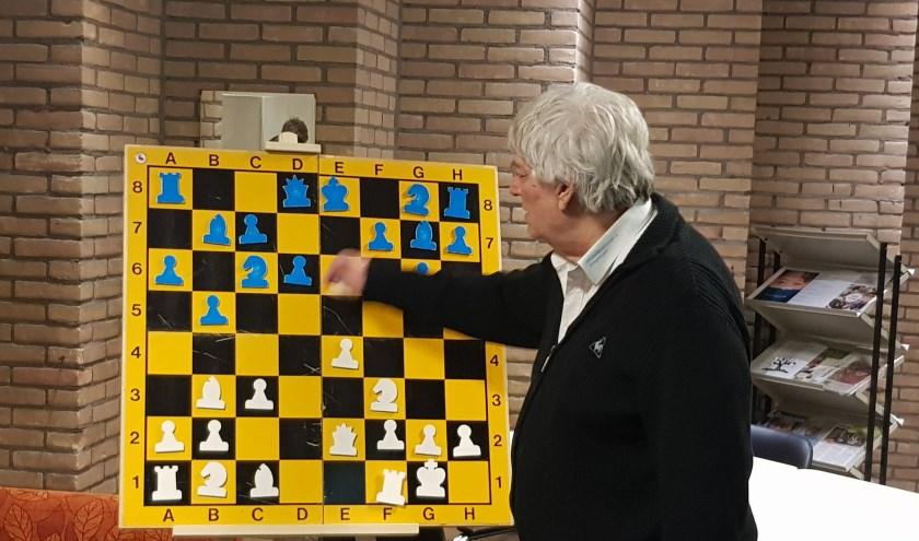 Jan Timman laat zien hoe hij zijn gewonnen eindspel bereikte tegen Purmerend. (foto: Kees Stap)