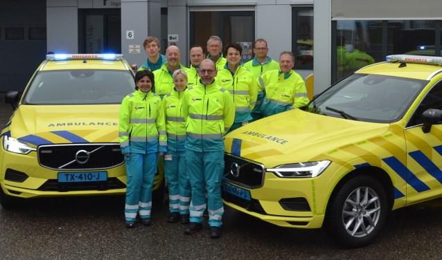 Alle chauffeurs met de twee nieuwe dienstauto's van Huisartsenpost Gelderse Vallei.
