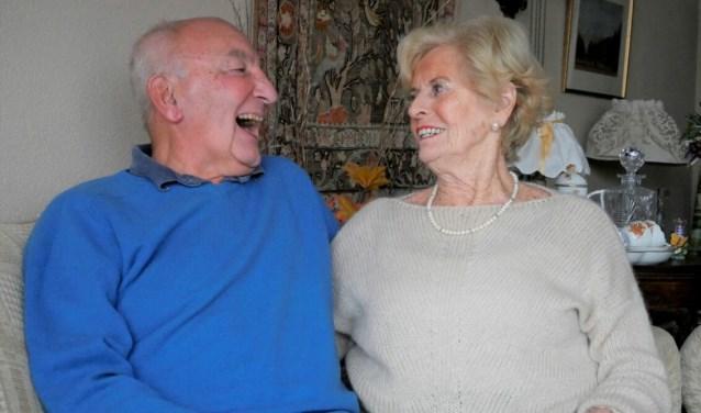 Henk en Joke leerden elkaar kennen op de zwemclub. Zestig jaar later hebben ze het nog steeds leuk met elkaar.