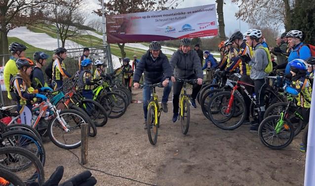 Bestuurders Benno Brand (links) en Niels van den Berg openen de mountainbike- en wandelroute op Het Rutbeek. Foto: PR